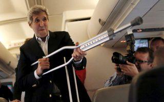 Ακμαίος και μαχητικός. Κάνοντας πλάκα στους δημοσιογράφους που τον συνοδεύουν, ο υπουργός εξωτερικών των ΗΠΑ, John Kerry χρησιμοποίησε την πατερίτσα του ως όπλο. Πηγαίνοντας στην Βιέννη για έναν ακόμα γύρο συνομιλιών με το Ιράν δήλωσε στους δημοσιογράφους ότι δεν είναι ιδιαίτερα αισιόδοξος για την έκβαση των συνομιλιών.  REUTERS/Carlos Barria
