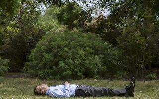 Ξενοιασιά ή περίσκεψη; Μια ζεστή και ηλιόλουστη ημέρα ήταν η σημερινή στο Λονδίνο. Έτσι, ο  κύριος της φωτογραφίας με το μακρυμάνικο πουκάμισό του, βρήκε την ευκαιρία να ξαπλώσει στο πάρκο St James για να μαζέψει ήλιο και -ποιος ξέρει;- να βρει μια καλή αφορμή να σκεφτεί απερίσπαστος τα μελλούμενα. REUTERS/Neil Hall