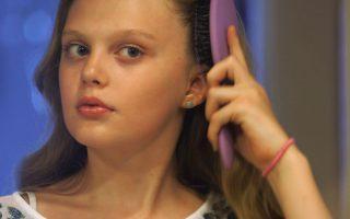 Έφηβοι τρανσέξουαλ. Η Ariel, πρώην Ian, βουρτσίζει τα μαλλιά της σε μια από τις εκπομπές του καναλιού PBS, με τίτλο «Growing Up Trans». Όταν στην πάντα μπερδεμένη και δύσκολη εφηβεία, προστίθεται και ένα «λάθος» στο φύλο τότε τα πράγματα περιπλέκονται. Αυτή ακριβώς την κατάσταση εξερευνά και καταγράφει το τηλεοπτικό πρόγραμμα, τόσο για τους εφήβους όσο και για τους γονείς τους, με αντάλλαγμα, την υψηλή τηλεθέαση. (Frontline/PBS via AP)