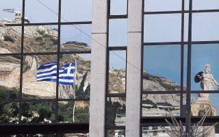 Το άγαλμα της Αθηνάς και ο λόφος του Λυκαβηττού αντικατοπτρίζονται στην επιφάνεια κτιρίου στην οδό Πανεπιστημίου.