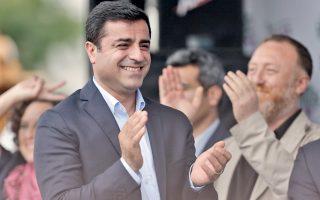 Νέος, φωτογενής και άθεος. Ο 42χρονος Σελαχατίν Ντεμιρτάς, εμφανώς ικανοποιημένος, στη διάρκεια της πρόσφατης προεκλογικής εκστρατείας.