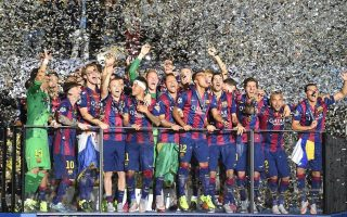 epa04787037 Barcelona's team celebrates with the trophy after winning the UEFA Champions League final soccer match between Juventus FC and FC Barcelona at Olympiastadion in Berlin, Germany, 06 June 2015.  EPA/MARCUS BRANDT