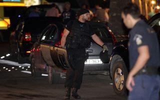 Αστυνομικοί έξω από το ξενοδοχείο Creta Maris, στην περιοχή της Χερσονήσου, μετά τη συμπλοκή τον τραυματισμό και τη σύλληψη τριών ένοπλων που προσπάθησαν να ληστέψουν το κοσμηματοπωλείο της ξενοδοχειακής μονάδας, Ηράκλειο Σάββατο 13 Ιουνίου 2015.  Τρεις ένοπλοι εισέβαλαν στο χώρο του ξενοδοχείου Creta Maris, με προφανή στόχο τη ληστεία στο κοσμηματοπωλείο που λειτουργεί εντός της ξενοδοχειακής μονάδας. Λίγο μετά τη ληστεία οι δράστες συνελήφθησαν, μετά τον τραυματισμό τους κατά τη διάρκεια της συμπλοκής και ανταλλαγής πυροβολισμών που είχαν με τους αστυνομικούς στην προσπάθεια τους να διαφύγουν τη σύλληψη. ΑΠΕ/ΜΠΕ/ΑΠΕ/ΜΠΕ/ΣΤΕΦΑΝΟΣ ΡΑΠΑΝΗΣ