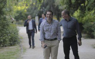 Ο πρωθυπουργός, Αλέξης Τσίπρας (Κ), και ο υπουργός Οικονομικών, Γιάννης Βαρουφάκης (Δ), περπατούν μαζί στον εθνικό κήπο/ ΟΡΕΣΤΗΣ ΠΑΝΑΓΙΩΤΟΥ