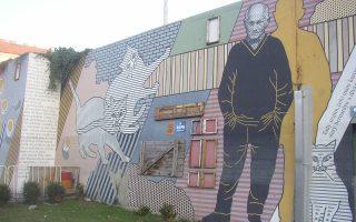 Street art στην Τσεχία όπου απεικονίζεται ο Μπόχουμιλ Χράμπαλ. Εχοντας γράψει τα βιβλία του, έχοντας κάνει αμέτρητες δουλειές προτού αφοσιωθεί στη λογοτεχνία, έπεσε από τον πέμπτο όροφο του νοσοκομείου όπου νοσηλευόταν, προσπαθώντας -υποτίθεται- να ταΐσει περιστέρια.