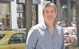 """Ο Σαντιάγο Ρονκαλιόλο, φωτογραφημένος την περασμένη Τετάρτη το μεσημέρι, στο κέντρο της Αθήνας από τον Νίκο Κοκκαλιά. Ο Περουβιανός συγγραφέας αγάπησε εσχάτως το ποδόσφαιρο. «Δεν ήθελα ο γιος μου ναι είναι αυτός ο """"παράξενος τύπος"""" στο σχολείο, εξάλλου, δεν μπορείς να ζεις στη Βαρκελώνη και να μισείς το ποδόσφαιρο»."""