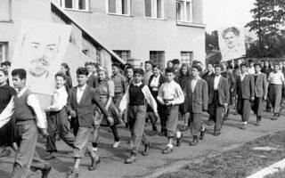 Περί τις είκοσι χιλιάδες Ελληνόπουλα, από 3 έως 14 ετών, οδηγήθηκαν από το ΚΚΕ τη διετία 1947-48 από τη βόρεια Ελλάδα στην ανατολική Ευρώπη.
