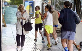 Πρώτη μέρα στην καινούργια δουλειά. Ξεκίνησε από το σπίτι της και περπατώντας πήγε στο μετρό, διέσχισε το πάρκο και έφτασε στο γραφείο της καινούργιας της δουλειάς, χωρίς συνοδεία αστυνομικών, οδηγού ή συμβούλου. Η Manuela Carmena είναι η νέα δήμαρχος της Μαδρίτης και  έχει υποσχεθεί να κάνει την πόλη καθαρότερη, δικαιότερη και λιγότερο διεφθαρμένη.  AFP PHOTO / DANI POZO