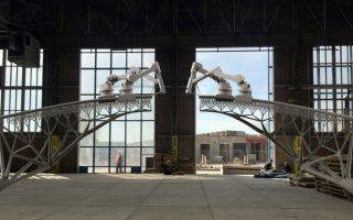 Γέφυρες που χτίζονται μόνες τους. Μπορεί η εικόνα που βλέπετε να φτιάχτηκε από υπολογιστή, όμως σύμφωνα με την εταιρία MX3D, έτσι ακριβώς θα «χτιστεί» η νέα γέφυρα του Άμστερνταμ. Η γέφυρα θα εκτυπώνεται από ρομποτικούς βραχίονες σε ατσάλι και θα είναι η πρώτη γέφυρα 3D στον κόσμο, ανοίγοντας έναν τεράστιο καινούργιο κόσμο στις κατασκευές. Σύμφωνα με την εταιρία θα αρχίσουν την κατασκευή της τον Σεπτέμβριο. AFP PHOTO / MX3D / Joris Laarman