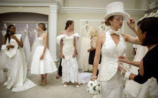 Ιδανικό ύφασμα για νυφικό. Είναι η ενδέκατη χρονιά που διοργανώνεται στην Νέα Υόρκη η επίδειξη μόδας νυφικών φτιαγμένων από χαρτί υγείας Charmin. Αν σκεφτεί κανείς την ταχύτητα που διαλύονται οι περισσότεροι γάμοι στις μέρες ίσως το χαρτί να είναι το κατάλληλο υλικό για νυφικό. REUTERS/Brendan McDermid