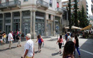 Για πιθανές ελλείψεις σε κάποια προϊόντα από την επόμενη εβδομάδα, απολύσεις εργαζομένων, καθυστερήσεις μισθών και για νέα «λουκέτα» προειδοποίησαν σε κοινή συνέντευξη Τύπου οι πρόεδροι των βιοτεχνικών και επαγγελματικών επιμελητηρίων της Αθήνας και του Πειραιά.