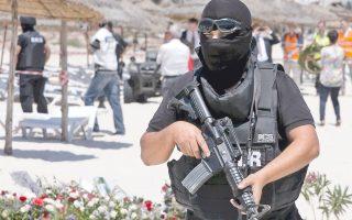 Ανδρας των ειδικών δυνάμεων της τυνησιακής αστυνομίας στον τόπο της τραγωδίας, το ξενοδοχείο Imperial Marhaba.