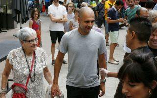 Μόνο μία! Για μια διάλεξη με τίτλο «Πάθος, αρχηγία και ομάδα», βρέθηκε ο διάσημος προπονητής Josep Guardiola στην Βαρκελώνη. Ο Guardiola που έγινε διάσημος ακόμα και σε αυτούς που δεν έχουν ιδέα από το ποδόσφαιρο με τα επιτεύγματα της Barcelona, είναι πια προπονητής της Bayer Μονάχου και ποιος ξέρει αύριο μεθαύριο σε κάποια άλλη. Πάντως στην διάλεξη έφτασε χέρι-χέρι με την μαμά του, διότι ομάδες υπάρχουν πολλές, μάνα όμως είναι μόνο μία. EPA/SUSANNA SAEZ