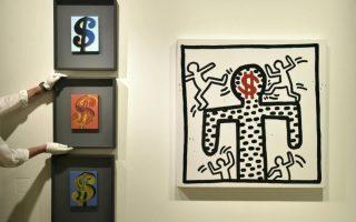Τέχνη και χρήμα. Με τις τελευταίες δημοπρασίες έργων τέχνης να έχουν σημειώσει  ρεκόρ κερδών, τι πιο φυσικό από το θέμα της επόμενης; Έργα τέχνης με αποκλειστική έμπνευση το αμερικάνικο δολάριο δημοπρατούνται από τον οίκο Sotheby's. Τα έργα ανήκουν σε ιδιωτική συλλογή  με υπογραφές όπως των Andy Warhol (αριστερά το έργο Three Dollar Signs)  του Keith Haring και άλλων. REUTERS/Toby Melville
