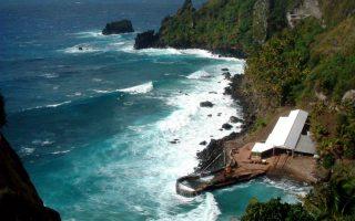 Το νησί και οι gay γάμοι. Με νόμο που ισχύει από τις 15 Μαΐου, επιτρέπονται οι γάμοι ομοφυλοφίλων στα  Νησιά Pitcairn του Ειρηνικού Ωκεανού που ανήκουν στην Βρετανία. Όπως δήλωσε ο Κυβερνήτης των νησιών, Kevin Lynch οι γάμοι επιτρέπονται, μόνο που στα νησιά των 48 κατοίκων, δεν έχουν gay που να θέλουν να παντρευτούν! (AP Photo/File)