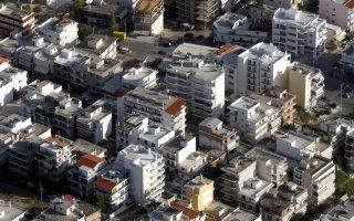 Ο ΕΝΦΙΑ επιβαρύνει όλα τα ακίνητα (κατοικίες, οικόπεδα, αγροτεμάχια, γραφεία, καταστήματα), ενώ ο συμπληρωματικός φόρος επιβάλλεται επί της συνολικής ακίνητης περιουσίας εφόσον η αντικειμενική τους αξία ξεπερνά τα 300.000 ευρώ.