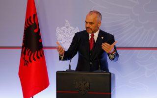 Τα Τίρανα έμμεσα θέτουν ζητήματα συνόρων και, τώρα. Παράλληλα παρατηρείται μια έπαρση στην αλβανική εξωτερική πολιτική έναντι της Ελλάδας, πέραν του μεγαλοϊδεατισμού που πλέον έχει υιοθετηθεί από το σύνολο σχεδόν των πολιτικών δυνάμεων, ενώ στοιχεία υπεροψίας διακρίνουν τη στάση του πρωθυπουργού Εντι Ράμα.