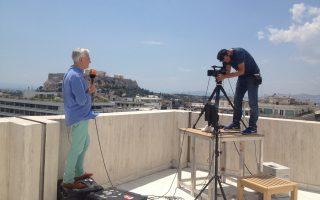 Ο Γερμανός ανταποκριτής του ZDF, Alexander von Sobeck, στην ταράτσα του ξενοδοχείου Plaza, έτοιμος για το μεσημεριανό δελτίο ειδήσεων από την Αθήνα.