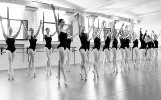 Στιγμιότυπο από το μάθημα κλασσικού μπαλέτου στη Σχολή Χορού της Εθνικής Λυρικής Σκηνής.