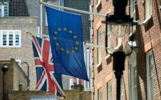 Οι οίκοι αξιολόγησης προειδοποιούν ότι σε περίπτωση Brexit θα πληγούν καίρια οι προοπτικές ανάπτυξης της βρετανικής οικονομίας. Κι αυτό βέβαια, καθώς το περασμένο έτος οι μισές σχεδόν εξαγωγές της Βρετανίας, αξίας 359 δισ. ευρώ, είχαν αποδέκτρια την Ε.Ε.