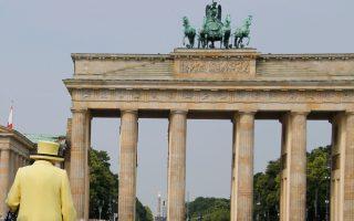 Η βασίλισσα Ελισάβετ βαδίζει μπροστά από την εμβληματική Πύλη του Βρανδεμβούργου στο Βερολίνο. Χθες, μαζί με τον σύζυγό της Φίλιππο, επισκέφθηκε επίσης το ναζιστικό στρατόπεδο συγκέντρωσης Μπέργκεν Μπέλσεν, ολοκληρώνοντας το επίσημο ταξίδι της στη Γερμανία. Σελ. 6