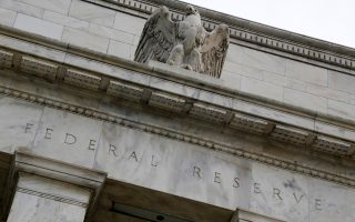 Σήμερα, το ενδιαφέρον των αγορών είναι στραμμένο στη χρονική στιγμή που θα επιλέξει η Ομοσπονδιακή Τράπεζα των ΗΠΑ (Fed) να αυξήσει το κόστος δανεισμού στην ισχυρότερη οικονομία του κόσμου.