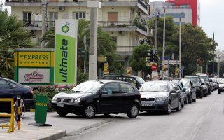 Με εξαίρεση τα καταστήματα τροφίμων και τα πρατήρια καυσίμων, όπου και χθες παρατηρήθηκε αυξημένη κίνηση, η υπόλοιπη αγορά έχει «παγώσει».
