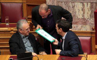 Ο αντιπρόεδρος της κυβέρνησης, Γιάννης Δραγασάκης, είναι υπέρ μιας συμφωνίας έστω δύσκολης, ενώ ο κ. Βαρουφάκης επιμένει ότι μόνο αν η κυβέρνηση παραμείνει αδιάλλακτη σε δύο - τρία θέματα θα μπορέσει να διεκδικήσει μια αξιοπρεπή συμφωνία.