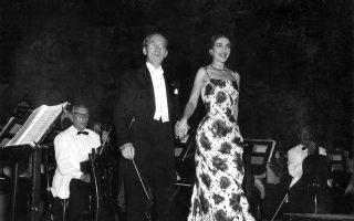 Η Μαρία Κάλλας με τον αρχιμουσικό Αντονίνο Βόττο το καλοκαίρι του 1957 στο μοναδικό της ρεσιτάλ στο Ηρώδειο (φωτ.: Μεγαλοοικονόμου / Αρχείο Φεστιβάλ Αθηνών).