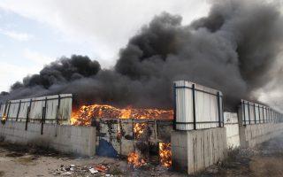 Μεγάλη πυρκαγιά βρίσκεται σε εξέλιξη σε προαύλιο χώρο εργοστασίου ανακύκλωσης στην περιοχή Νέα Ζωή Ασπροπύργου, το Σάββατο 6 Ιουνίου 2015. Σύμφωνα με την Πυροσβεστική Υπηρεσία, η φωτιά ξέσπασε το μεσημέρι, από ξερά χόρτα που βρίσκονται δίπλα στο εργοστάσιο. Καίγονται μεγάλες ποσότητες πλαστικών και χαρτιών. Στο σημείο επιχειρούν 25 οχήματα με 50 πυροσβέστες. ΑΠΕ-ΜΠΕ/ΑΠΕ-ΜΠΕ/ΑΛΕΞΑΝΔΡΟΣ ΒΛΑΧΟΣ