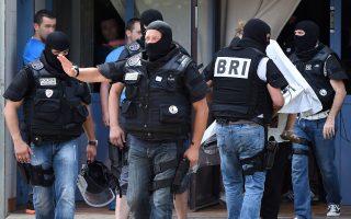 Ειδικές δυνάμεις συνοδεύουν μία μητέρα και το παιδί της καθώς απομακρύνονται από διαμέρισμα στο οποίο διέμενε ύποπτος για την επίθεση σε εργοστάσιο της Λυών στη Γαλλία, όπου βρέθηκε ένα αποκεφαλισμένο σώμα.