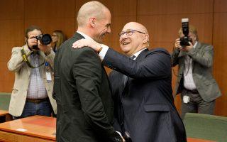 "œ θποθώψϋρ œιξομολιξΰμ Οιήμγρ ¬αώοθωήξγρ (Ν) σθμολικεΏ λε τομ Οήκκο θποθώψϋ œιξομολιξΰμ Michel Sapin (Ρ), στγ σθμεδώΏασγ τοθ Eurogroup, τγ Ρεθτίώα 11 Χαάοθ 2015, στο ξτΏώιο τοθ ≈θώυπαζξοΐ ""θλβοθκΏοθ, στιρ ¬ώθνίκκερ.  Ν–≈-Χ–≈/consilium.europa.eu/Enzo Zucchi"