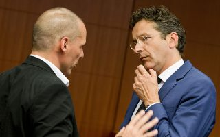 "œ θποθώψϋρ œιξομολιξΰμ Οιήμγρ ¬αώοθωήξγρ (Ν) σθμολικεΏ λε τομ –ώϋεδώο τοθ Eurogroup Jeroen Dijsselbloem (Ρ), στγ σθμεδώΏασγ τοθ Eurogroup, τγ Ρεθτίώα 11 Χαάοθ 2015, στο ξτΏώιο τοθ ≈θώυπαζξοΐ ""θλβοθκΏοθ, στιρ ¬ώθνίκκερ.  Ν–≈-Χ–≈/consilium.europa.eu/Zucchi Enzo"