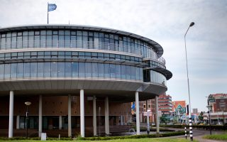 Η ολλανδική αλυσίδα σούπερ μάρκετ Royal Ahold και η βελγική Delhaize συμφώνησαν να συγχωνευθούν. Η Ahold θα κατέχει το 61% στη νέα εταιρεία, η οποία θα έχει ετήσιες πωλήσεις ύψους 54,1 δισ. ευρώ.
