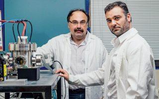 Απορρύπανση εδάφους με ηλεκτρισμό: ο δρ Χρήστος Αγγελόπουλος, ερευνητής στο Ινστιτούτο Επιστημών Χημικής Μηχανικής του Ιδρύματος Τεχνολογίας & Ερευνας (ΙΤΕ/ΙΕΧΜΗ) στην Πάτρα και ο δρ Χρήστος Τσακίρογλου, διευθυντής ερευνών στο ΙΤΕ/ΙΕΧΜΗ. (Φωτογραφία: Δημήτρης Βλάικος)