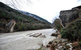 Το ιστορικό γεφύρι της Πλάκας, που έστεκε για περισσότερο από έναν αιώνα στον Αραχθο, καταστράφηκε με τις πλημμύρες του περσινού Φεβρουαρίου. Το υπ. Πολιτισμού ανακοινώνει τώρα την άμεση έναρξη των εργασιών αποκατάστασής του.