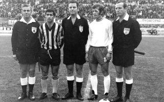 Mίμης Παπαϊωάννου και Κώστας Αϊδινίου σε αγώνα της ΑΕΚ με τον Ηρακλή το 1971. Τα δύο ιστορικά σωματεία ύστερα από πολλές περιπέτειες επιστρέφουν.