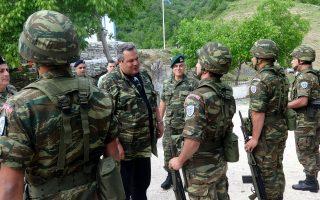 Ο υπουργός Εθνικής Άμυνας Πάνος Καμμένος συνομιλεί με στρατιώτες στο φυλάκιο των Δρυμάδων.
