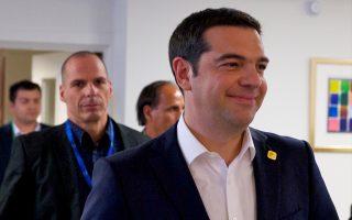 Η αμηχανία  του πρωθυπουργού φαίνεται στον μορφασμό του που μοιάζει με χαμόγελο. Οσο γι' αυτό που τον περιμένει πίσω στην Αθήνα, φαίνεται στο σκοτεινό ύφος του Νάρκισσου, που τον ακολουθεί.