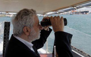 Οχι, ο Θ. Δρίτσας δεν μπαίνει στα χωράφια του Π. Καμμένου, προνόμιο του οποίου αποκλειστικό είναι να φωτογραφίζεται με κυάλια. Ο υπουργός Ναυτιλίας κοιτάζει στο βάθος του ορίζοντα την ύφεση, που φεύγει πανικόβλητη από τον θρίαμβο της δημοκρατίας στην Ελλάδα του ΣΥΡΙΖΑ…