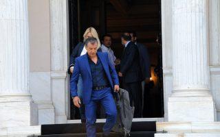 Ο Παντελής Παντελίδης –όχι αυτοπροσώπως, αλλά ως ιδέα και ως κοστούμι– εξέρχεται του Μαξίμου...
