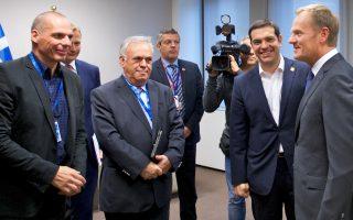 Ο πρωθυπουργός, Αλέξης Τσίπρας συνοδευόμενος από τον αντιπρόεδρο της Κυβέρνησης Γιάννη Δραγασάκη και τον υπουργό Οικονομικών Γιάνη Βαρουφάκη συνομιλούν με τον πρόεδρο του Ευρωπαϊκού Συμβουλίου Ντόναλντ Τουσκ κατά την άφιξή τους και λίγο πριν την συνάντηση που είχαν στις Βρυξέλλες. (φωτό: ΑΠΕ-ΜΠΕ/EUROPEAN COUNCIL/Christos DOGAS)