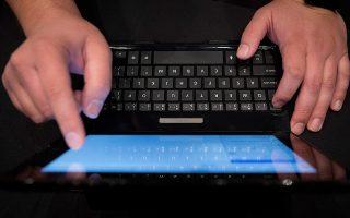 Σχεδόν 61% των Ελλήνων χρηστών Internet αξιοποιούν τον υπολογιστή ή/και smartphone ή/και το tablet, προκειμένου να ενημερωθούν για το αγαθό που τους ενδιαφέρει.