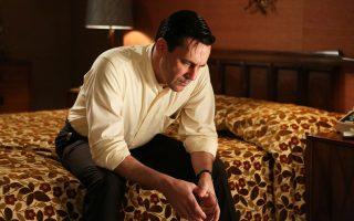 """Η μοναξιά του Ντον Ντρέιπερ (Τζον Χαμ) στην τηλεοπτική σειρά «Mad Men». Πριν από την έναρξη των γυρισμάτων κάθε καινούργιου κύκλου, ο δημιουργός της Μάθιου Γουάινερ φρόντιζε ως πηγή έμπνευσης να ξαναδιαβάζει Τζον Τσίβερ (φωτ. της βιογραφίας του αριστερά κάτω). «Ο Τσίβερ», έχει πει, «βρίσκεται σε κάθε διάσταση του """"Mad Men""""»."""