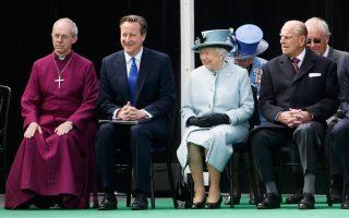 Ο αρχιεπίσκοπος του Καντέρμπουρι Ουέλμπι, ο πρωθυπουργός της Βρετανίας Ντέιβιντ Κάμερον, η βασίλισσα Ελισάβετ και ο σύζυγός της πρίγκιπας Φίλιππος παρακολουθούν την τελετή για τα 800 χρόνια από τη Magna Carta, το ιστορικής σημασίας έγγραφο που για πρώτη φορά αναγνωρίζει ότι ο μονάρχης υπόκειται στον νόμο.