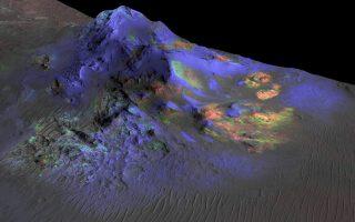 Με πράσινο απεικονίζεται το γυαλί σε κορυφές στο εσωτερικό του κρατήρα Αλγκα του Αρη.