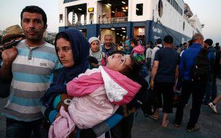 Μόλις το προηγούμενο Σάββατο 1.700 πρόσφυγες έφτασαν στον Πειραιά από τη Λέσβο με ειδικό δρομολόγιο, για την αποσυμφόρηση του νησιού, που είχε φτάσει να αριθμεί 6.000 μετανάστες και πρόσφυγες. Αρκετοί κατέληξαν στην Ομόνοια αναζητώντας κατάλυμα, φαγητό και... διακινητές για τη μεταφορά τους εκτός Ελλάδας. Περίπου 300 άτομα φθάνουν καθημερινά από το ανατολικό Αιγαίο και αν οι ροές συνεχιστούν, το κέντρο της Αθήνας θα μετατραπεί σε απέραντο καταυλισμό.