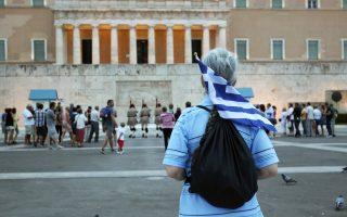«Αγανακτισμένοι» συγκεντρώνονται στην πλατεία Συντάγματος τη διετία 2011-12. Οπως γράφει στο νέο του βιβλίο ο Μιχάλης Ιγνατίου, σε ό,τι αφορά την περίπτωση της Ελλάδας η ασθένεια ήταν γνωστή από καιρό, αλλά για όλους τουςιθύνοντες, Ελληνες και Ευρωπαίους, αποτελούσε ένα καλά κρυμμένο μυστικό με τη μεταφυσική πεποίθηση και ελπίδα ότι όλα στο τέλος θα πάνε καλά. Ομως, όλα πήγαν ανάποδα.