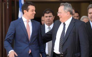 Ο Νίκολα Ποπόσκι και ο Νίκος Κοτζιάς, κατά τη χθεσινή τους συνάντηση στα Σκόπια. Ελληνας υπουργός Εξωτερικών είχε να επισκεφθεί την ΠΓΔΜ ένδεκα χρόνια.