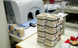 Αναλυτές εκτιμούν ότι το απόθεμα ρευστού στις τράπεζες, σε χαρτονομίσματα, διαμορφώνεται στο 1 δισ. ευρώ, ενώ με το όριο των 60 ευρώ ανά λογαριασμό μπορούν να πραγματοποιούνται αναλήψεις μέχρι 300 εκατ. ευρώ την ημέρα.